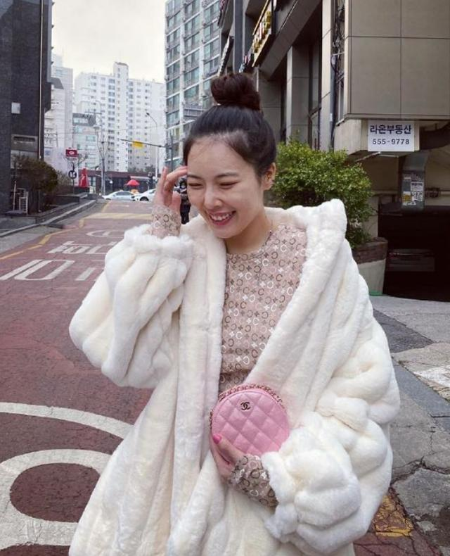 泫雅最新私服太美了吧!白色皮草+半身长裙高贵优雅,身材好极了